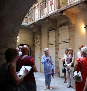 Visite dans une cour du Vieux-Lyon © LV / ONLYLYON Tourisme et Congrès