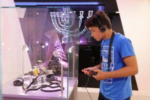 Jeune visiteur à l'Institut Culturel du Judaisme © Jean-Claude Dortmann
