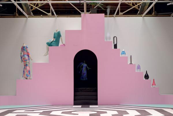 Shana Moulton, Vue de l'installation Every Angle is An Angel, Palais de Tokyo (2016). Courtesy de l'artiste & Galerie Crèvecoeur, Paris; Galerie Gregor Staiger, Zurich. © Photo: Aurélien Mole