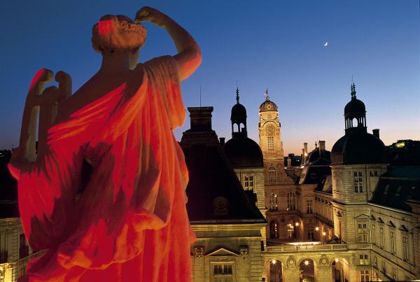 Vue nocturne sur l'Hôtel de ville depuis les Muses de l'Opéra © Tristan Deschamps