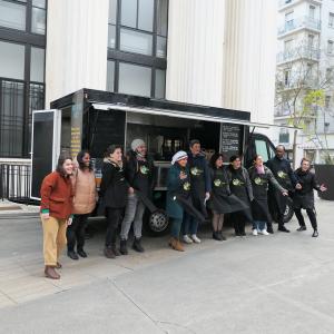 L'équipe de l'opération Des Saveurs et des Ailes devant le foodtruck © Entrepreneurs du Monde