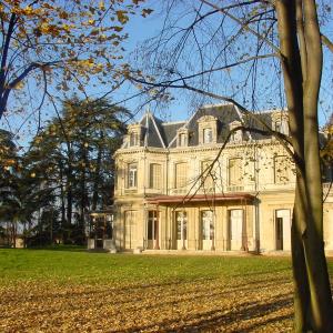 Sathonay-Village - Le parc de l'Hôtel de Ville