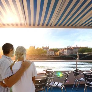 Couple au couché du soleil sur les berges du Rhône © Lyon City Boat