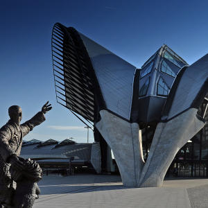 © Joël Philippon / La statue Brila Estonteco devant la gare TGV de l'aéroport de Lyon-Saint-Exupéry