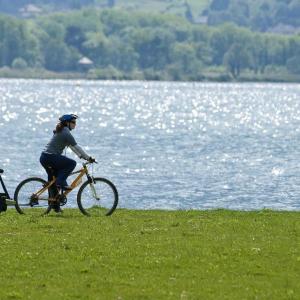 Balade familiale en vélo sur les nouveaux aménagements du lac du Bourget Savoie © © RA Tourisme/C. Martelet