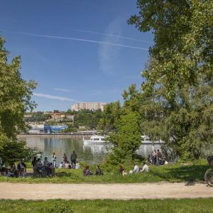 Balade à vélo sur les berges du Rhône © Philippe Somnolet - Item - Métropole de Lyon
